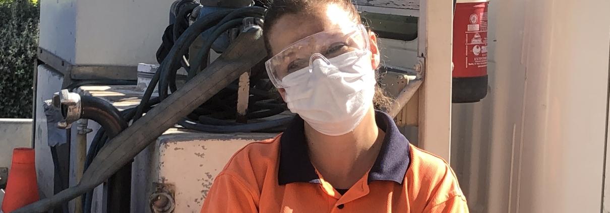 Laura durante sus labores diarias de desinfección