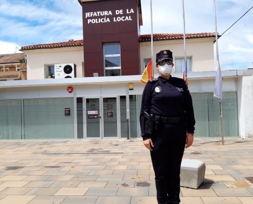 Elvira frente a las dependencias de la Policía Local de Ibi en una jornada de trabajo. información