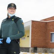 Cristina posa uniformada y con su material de protección delante de la cárcel de Fontcalent.