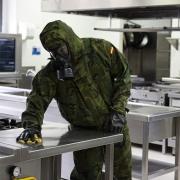 El teniente del MOE trabaja en la desinfección de una cocina de los CdT (Centres de Turisme) que el Consell tiene en Alicante.