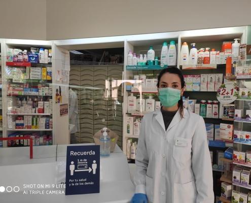 Silvia Vives en su farmacia, frente a los juzgados de Alicante, cuenta cómo de frenéticas están siendo estas semanas para su profesión.